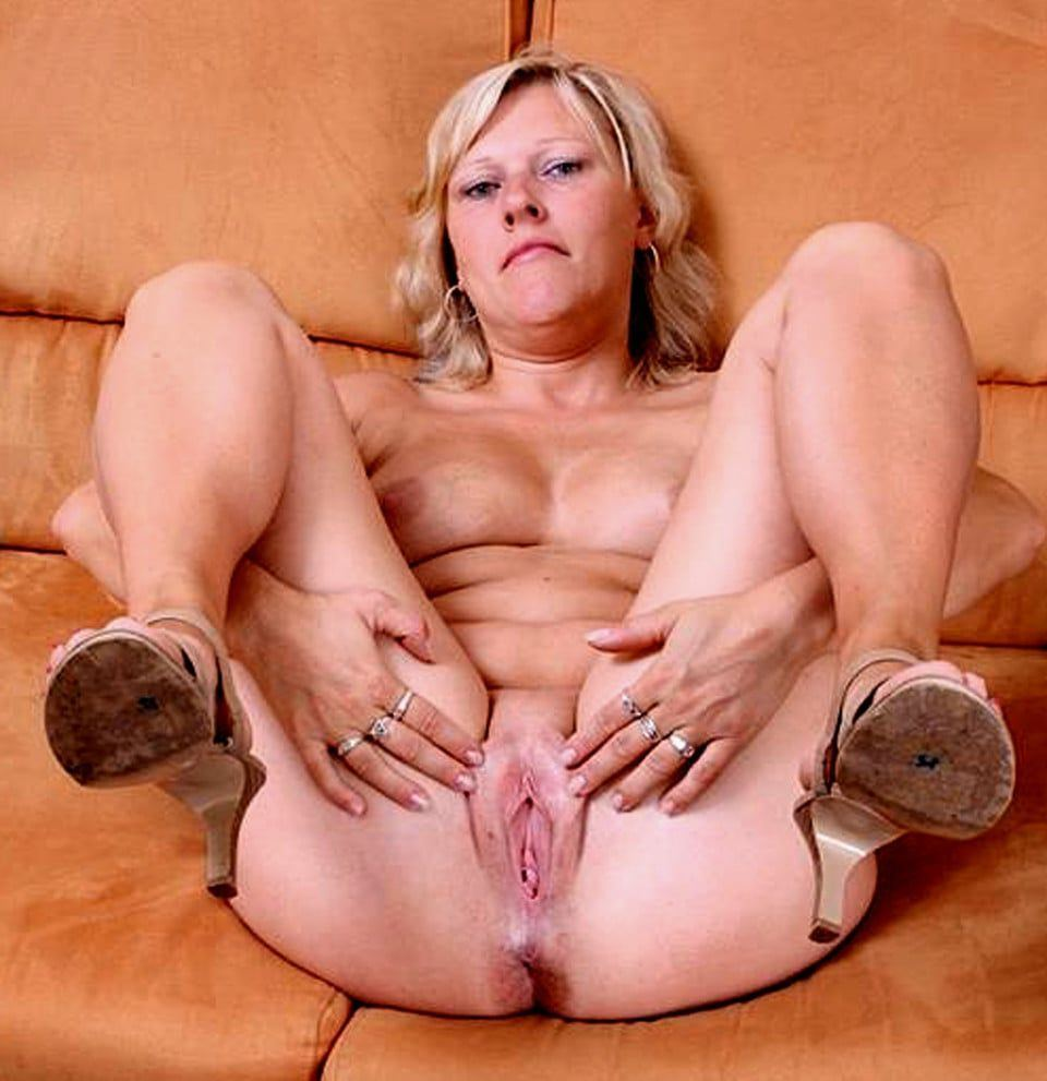 Mature open wide pussy